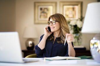 houdt contact met bestaande klanten